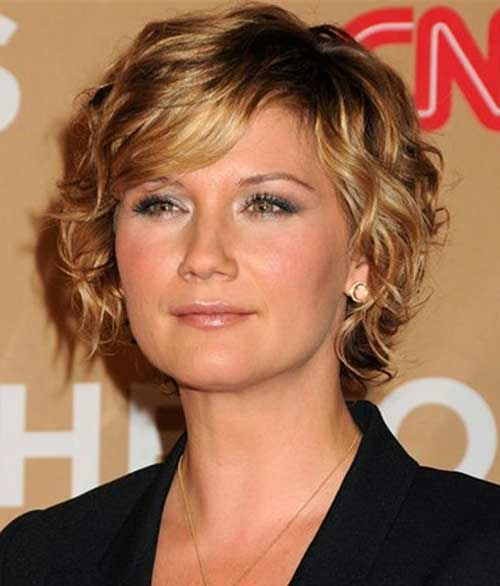 Short Wavy Blonde Hair with Layered Cute Bangs