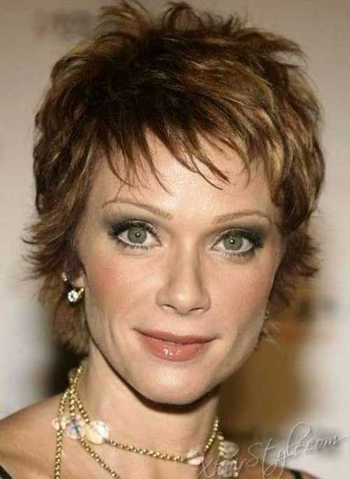 Short Haircuts for Women Over 50-20